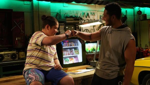 Gerade noch mal Glück gehabt. Daddy (Daya Sao-Mafiti, re.) freut sich mit Mikey (Semisi Cheekam, li.).   Rechte: hr/Northern Pictures 2018
