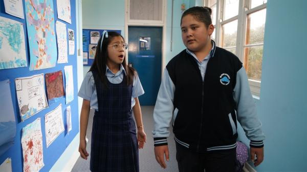 Mikey (Semisi Cheekam) und Tiffany (Erin Choy) müssen unbedingt den Generalschlüssel finden, um die Türen öffnen zu können. Alle Schüler sind eingeschlossen. | Rechte: hr/Northern Pictures 2018
