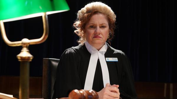 Lehrerin Miss Crapper (Helen Dallimore) ist die Richterin beim Schulgericht, vor dem die Teilnahme Mikeys am Turnier verhandelt wird.   Rechte: hr/Northern Pictures 2018