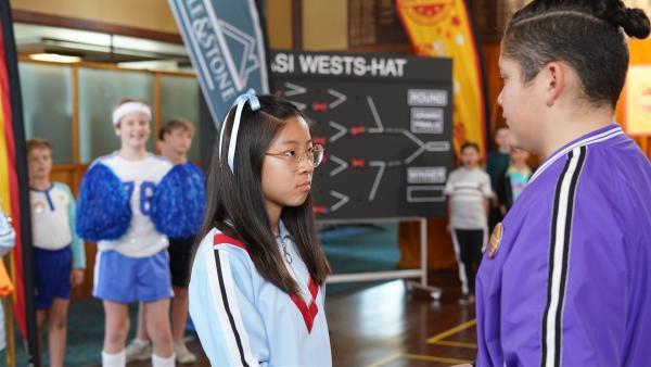 Mikey (Semisi Cheekam, re.) muss gegen Tiffany (Erin Choy, li.) antreten. Ob das wohl gut geht? | Rechte: hr/Northern Pictures 2018