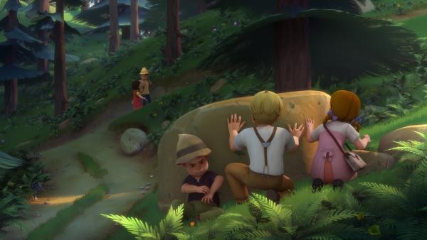 Heidi warnt Peter vor dessen Verfolgern.   Rechte: ZDF/Studio 100 Animation/Heidi Productions Pty. Limited