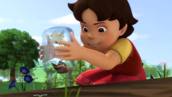 Heidi fängt zwei Schmetterlinge. | Rechte: ZDF/Studio 100 Animation/Heidi Productions Pty. Limited