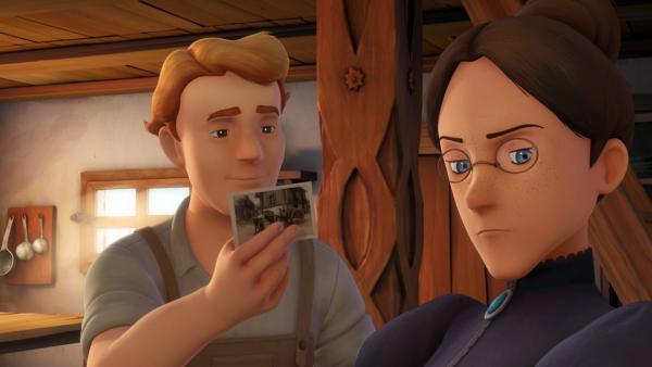 Friedrich zeigt Fräulein Rottenmeier ihr altes Foto. | Rechte: ZDF/Studio 100 Animation/Heidi Productions Pty. Limited