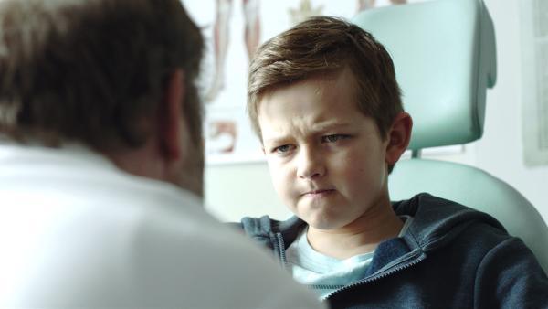 Dr. Wangel rät Martin sich bei der Sommerschule anzumelden, um seine Eifersucht zu bekämpfen. | Rechte: NDR/NRK