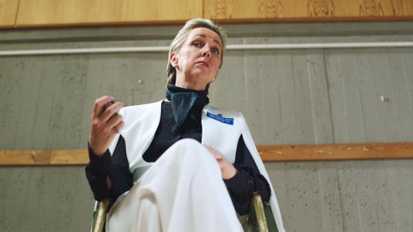 Die Leiterin der Aufnahmeprüfung für die Sommerschule ist sehr streng.   Rechte: NDR/NRK