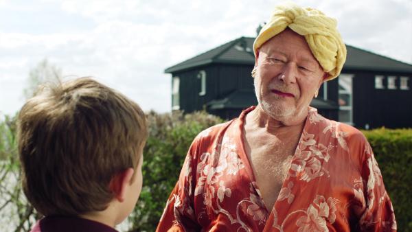 Der schräge Nachbar hiflt Martin (Kristian Eidsand Finbråten), sich vor den Fans zu retten. | Rechte: NDR/NRK