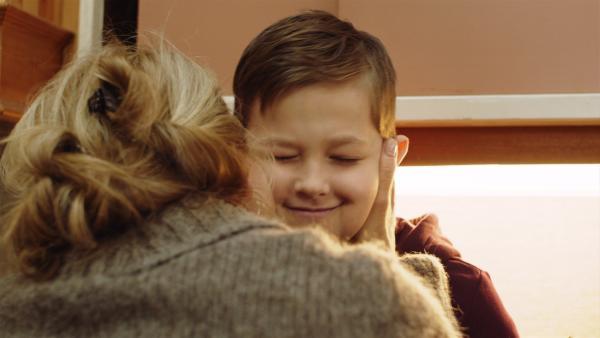 Martin (Kristian Eidsand Finbråten) holt sich Trost bei seiner Mutter. | Rechte: NDR/NRK