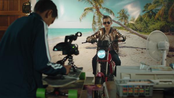 Martin (Kristian Eidsand Finbråten) und Petter (Naif Jr. Mohammed) drehen ein Musikvideo für ihren Channel. | Rechte: NDR/NRK