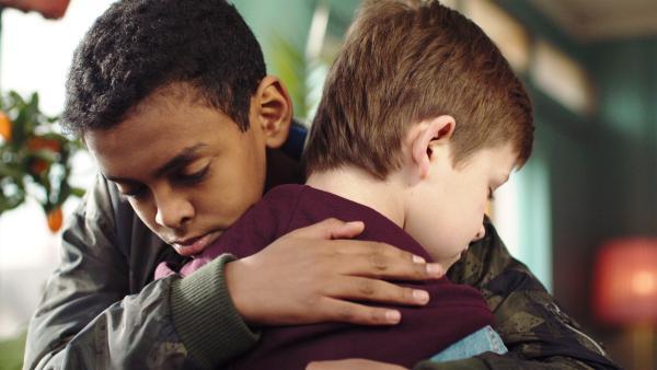Petter (Naif Jr. Mohammed ) versucht Martin (Kristian Eidsand Finbråten) zu trösten, weil Delia bald fortfährt.   Rechte: NDR/NRK