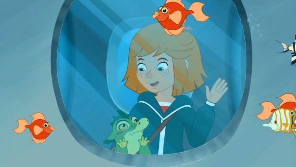 Lilli und Hektor betrachten orangene Fische im städtischen Aquarium.   Rechte: WDR