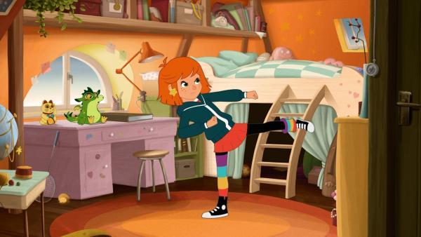 Lilli übt in ihrem Zimmer Kung-Fu-Bewegungen. | Rechte: WDR