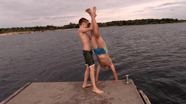 Felix und Luis üben auch Handstand am Cospudener See. | Rechte: MDR/Cine Impuls