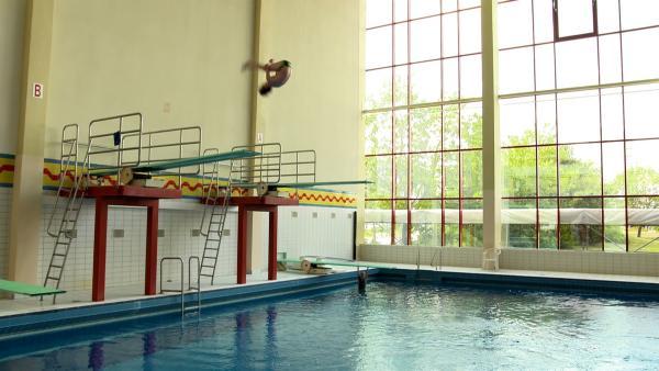 Luis macht einen Salto vom Sprungturm. | Rechte: MDR/Cine Impuls