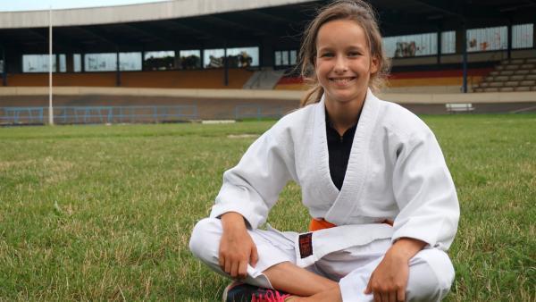 Sarah trägt ihren Judoanzug. | Rechte: MDR/Cine Impuls