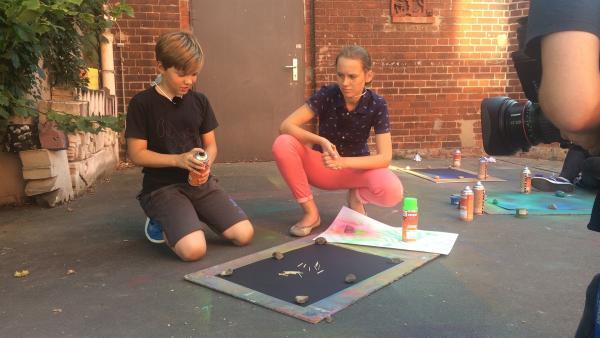Jonas probiert erstmal, wie er mit der Spraydose umgehen muss. | Rechte: MDR/Cine Impuls