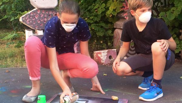 Veronika und Jonas arbeiten zusammen an einem Graffiti. | Rechte: MDR/Cine Impuls