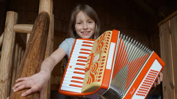 Leonie (10) spielt Akkordeon und wohnt auch im Erzgebirge. | Rechte: MDR/Martin Reißmann