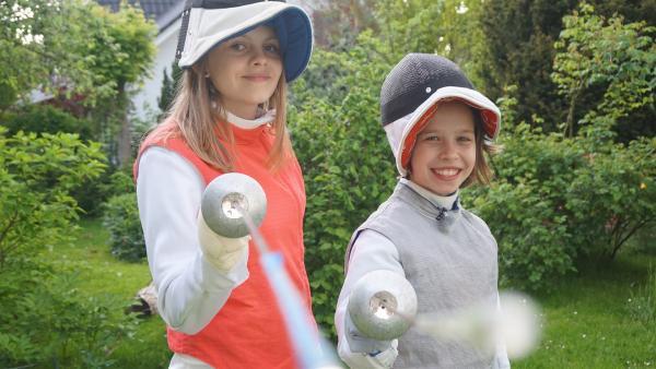 Lena (li) und Ella (re) üben im Garten das Fechten. | Rechte: MDR/Martin Reißmann