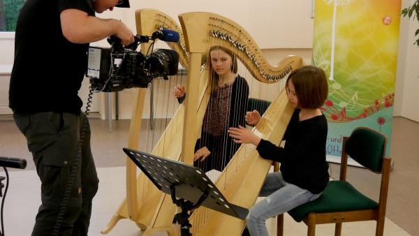 Lena (li) und Ella (re) spielen zumsammen ein Harfenkonzert. | Rechte: MDR/Jana Olsen