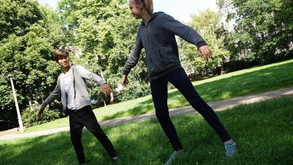 Im Park üben Adrian und Thea Breakdance.                          | Rechte: MDR/Martin Reißmann