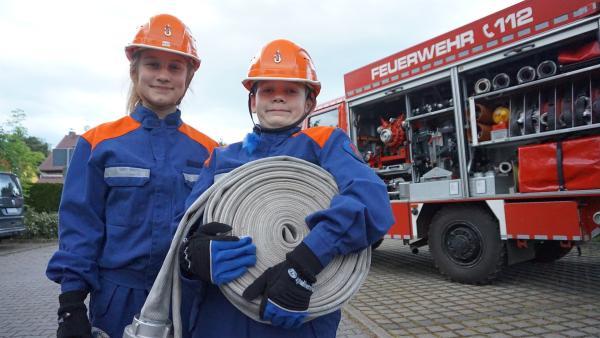 Ayleen zeigt Florentin, was es bei der Freiwilligen Feuerwehr zu tun gibt | Rechte: MDR/Martin Reißmann