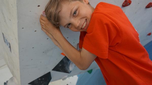 Artur hält sich an der Boulderwand fest.                          | Rechte: MDR/Martin Reißmann