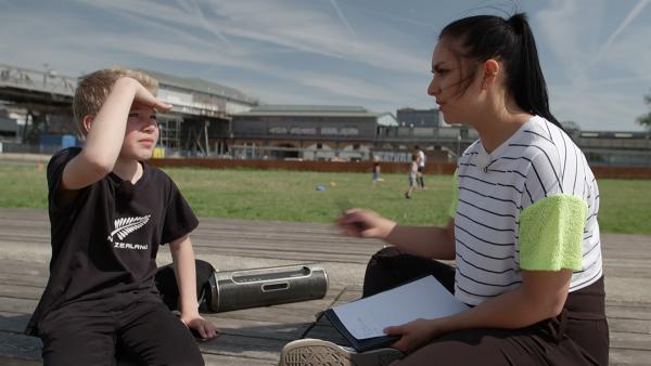 Morten zeigt Jess, wie man einen eigenen Text schreibt, den man auch rappen kann. Denn Jess soll ihr Werk vor Publikum fehlerfrei und im Beat vortragen. | Rechte: MDR/Cine Impuls