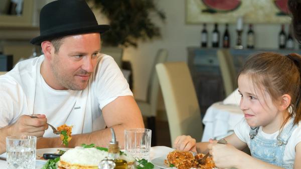 KiKA Moderator Ben mit der zehnjährigen Lina beim Essen der selbstgekochten Gerichte. | Rechte: MDR/Björn Kowalski