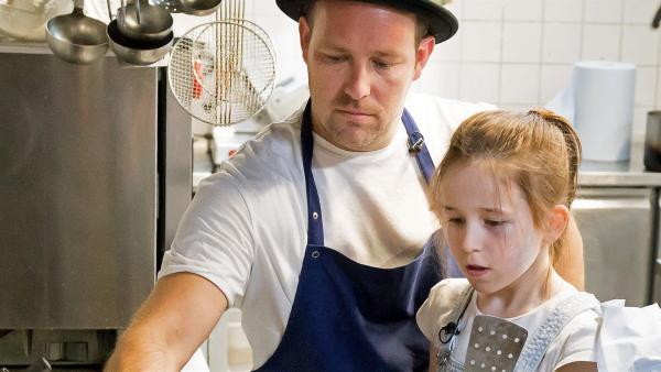 Lina und Ben kochen zusammen die perfekten Eierkuchen. | Rechte: MDR/Jörg Kowalski