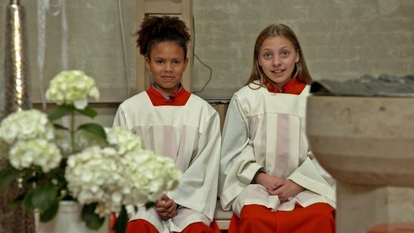 Valerie und Sophie als Messdienerinnen in der St. Antonius Kirche. | Rechte: MDR/Cine Impuls