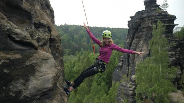 Hanna beim klettern in der sächsischen Schweiz. | Rechte: MDR/Cine Impuls
