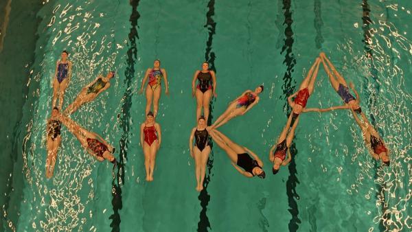 Das Synchronschwimmerinnen-Team von Hanna stellt das KiKA Logo dar.  | Rechte: MDR/Cine Impuls