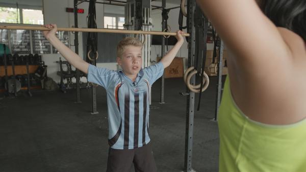 KiKA Live Moderatorin Jess zeigt dem 13-Jährigen Morten verschieden Crossfit-Übungen. | Rechte: MDR/Cine Impuls