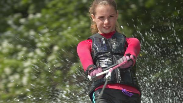 Die 13-jährige Emily fährt Wasserski und ist sogar Deutsche Meisterin im Trick-Ski. | Rechte: MDR/Cine Impuls