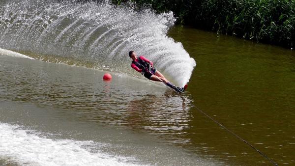 Emily zeigt Luca, wie man richtig Wasserski fährt und ist vierfache Deutsche Jugendmeisterin im Slalom, Trickski, Springen und der Kombiwertung. | Rechte: MDR/Cine Impuls