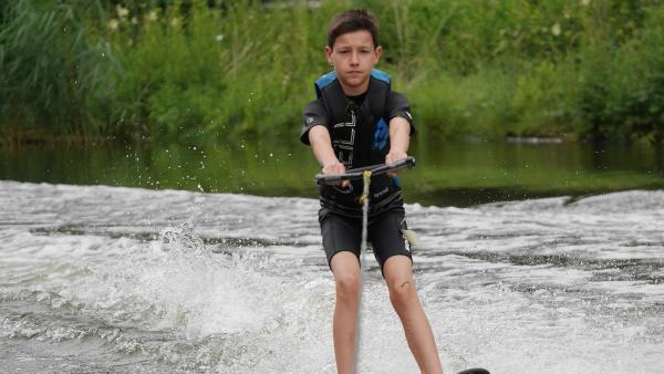 Zuerst zögert Luca, doch nachdem Emily ihm zeigt, wie man richtig Wasserski fährt, traut er sich. | Rechte: MDR/Cine Impuls