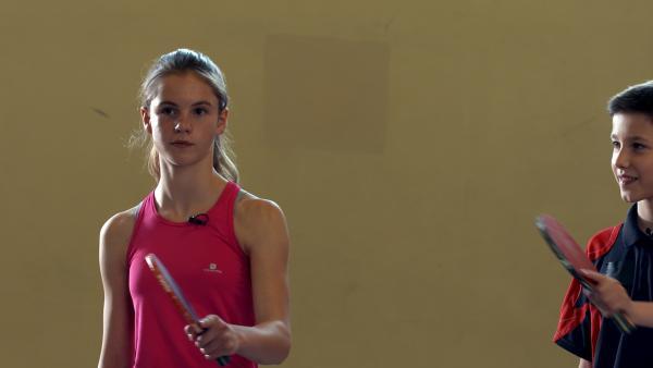 Emily hat noch nie Tischtennis gespielt. Um die Herausforderung zu schaffen, muss sie ein Match gegen Luca gewinnen. | Rechte: MDR/Cine Impuls