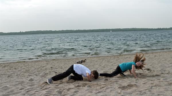 Juri und Fiona machen zusammen Capoeira am Strand. | Rechte: MDR/Cine Impuls