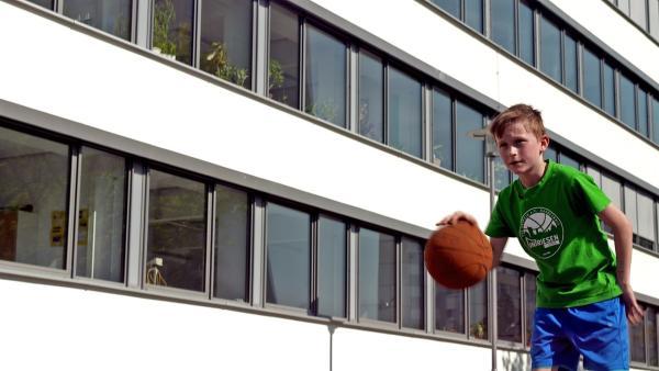 Der elfjährige Paul spielt erfolgreich Basketball und hat mit seiner Mannschaft schon die Sachsenmeisterschaft gewonnen. | Rechte: MDR/Cine Impuls