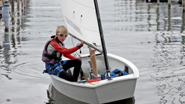 Der zwölfjährige Eddy ist ein begabter Segler. Im aktuellen Jahr ist er sogar im Deutschlandkader. | Rechte: MDR/Cine Impuls