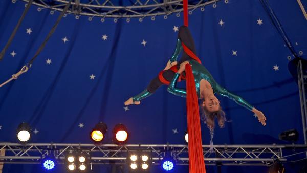 Die elfjährige Sacha ist leidenschaftliche Luftakrobatin. Für ihren Sport braucht sie Kraft und Kreativität. | Rechte: MDR/Cine Impuls