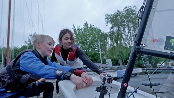 Eddy und Sacha bereiten ihr Boot zum Segeln vor. | Rechte: MDR/Cine Impuls