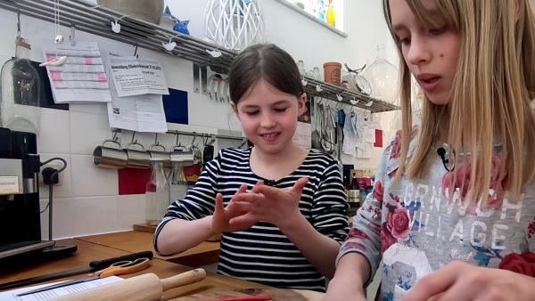 Frieda und Lilli backen gemeinsam Einhorn-Muffins. | Rechte: MDR/Cine Impuls