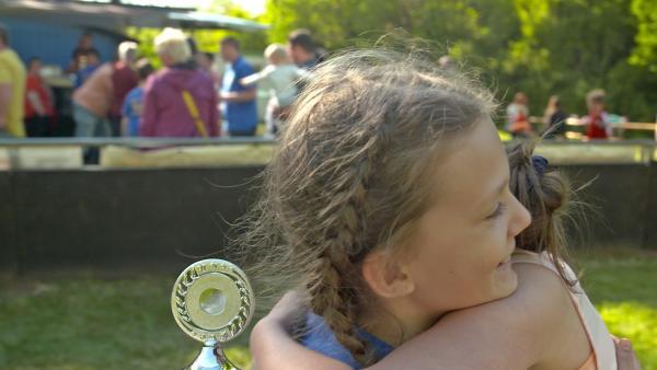 Emily und Franka sind glücklich nach ihrem erfolgreichem Hobbytausch. | Rechte: MDR/Cine Impuls