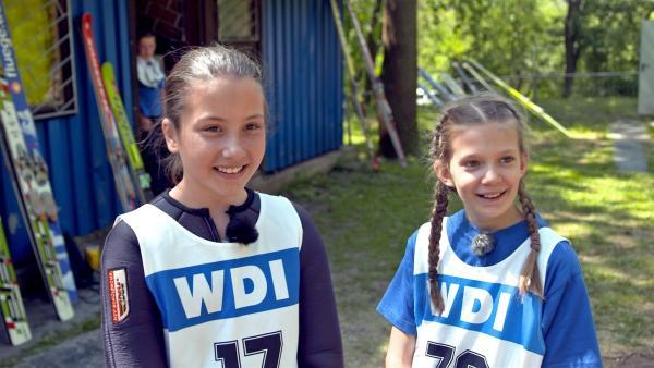 Franka und Emily nach ihrem Skisprung. | Rechte: MDR/Cine Impuls