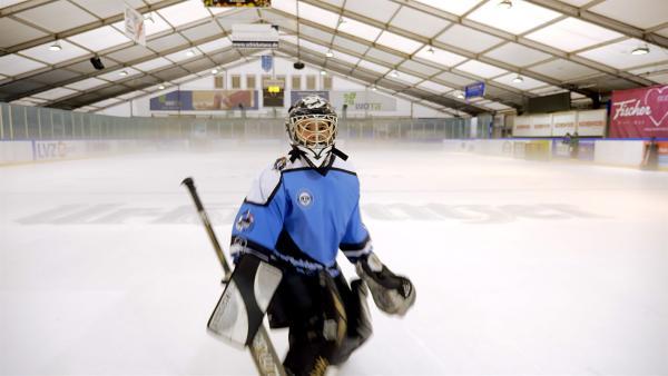 Der elfjährige Justin ist Eishockey-Torwart und liebt das Risiko. | Rechte: MDR/Cine Impuls