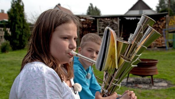 DIe elfjährige Maxi spielt in einer Schalmei-Kapelle. | Rechte: MDR/Cine Impuls