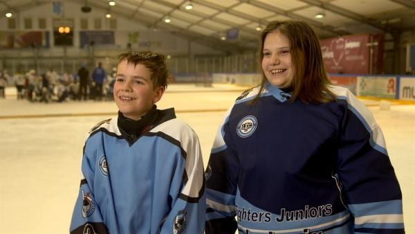 Justin und Maxi nach dem erfolgreichen, gemeinsamen Eishockey-Spiel. | Rechte: MDR/Cine Impuls