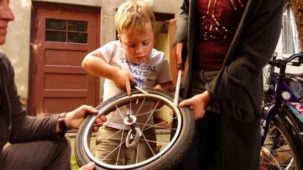 Felix möchte eine Radtour auf einem größeren Fahrrad machen. Pech nur, dass ein Reifen platt ist. | Rechte: ZDF/Studio.TV.Film GmbH