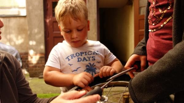 Felix bekommt aber Hilfe von zwei Helferinnen und so macht das Reparieren auch richtig Spaß. | Rechte: ZDF/Studio.TV.Film GmbH
